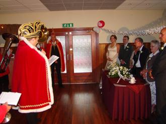 Metwaldus de 45ste spreekt het kersverse bruidspaar toe